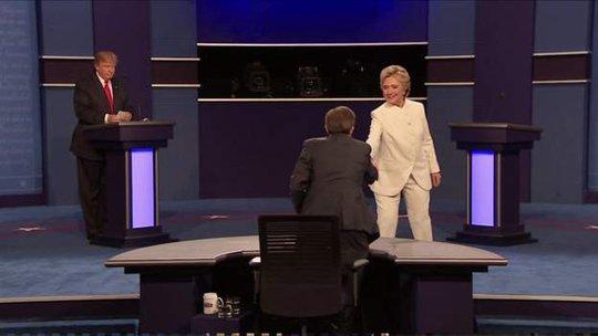 Bà Clinton bắt tay người dẫn dắt cuộc tranh luận mà không bắt tay ông Trump, sau đó rời khỏi sân khấu đầu tiên. Ảnh: BBC