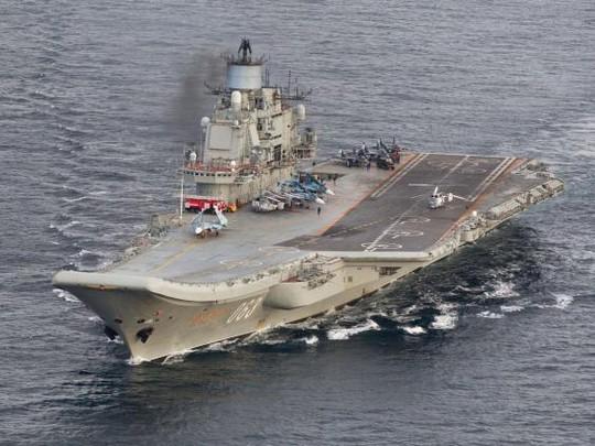 Tàu sân bay Đô đốc Kuznetsov của Nga di chuyển ngoài khơi bờ biển phía Bắc Na Uy hôm 17-10. Ảnh: REUTERS
