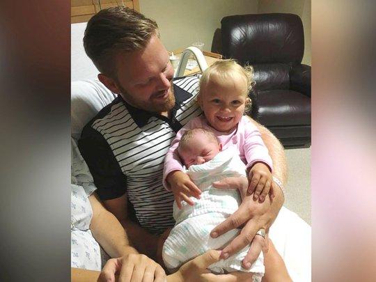 Anh David và 2 con gái: Freya (1 tuổi) và Elowen (2 tháng tuổi). Ảnh: ABC NEWS