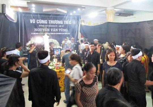 Người dân ở Thanh Hóa đã thắp những nén nhang thành kính tiễn đưa thượng úy Tùng về nơi an nghỉ cuối cùng