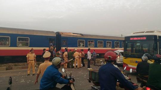 Hiện trường vụ tai nạn đường sắt khiến 5 người chết, 2 người bị thương-Ảnh: Otofun