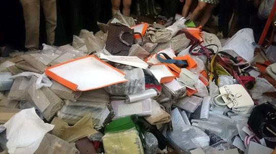 Phần lớn hàng tiêu hủy là đồ thời trang làm giả các thương hiệu lớn - Ảnh: Bộ KH-CN