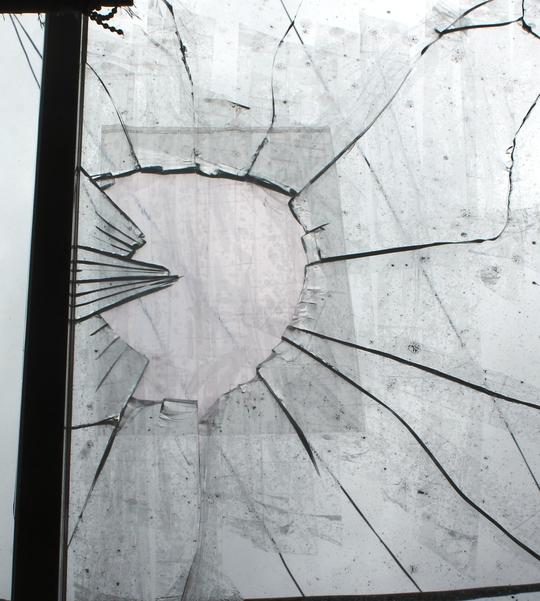 Nhóm côn đồ ném gạch, đá khiến kính nhà bà Loan bị vỡ.