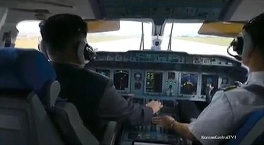 Ông Kim lái máy bay... Ảnh: YOUTUBE