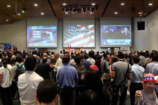 Sáng 9-11, tại GEM Center diễn ra sự kiện theo dõi trực tiếp kết quả bầu cử tổng thống Mỹ. Cuộc đua bầu Tổng thống Mỹ khiến nhiều người xem hồi hộp