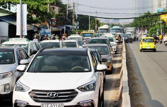 Vụ tai nạn khiến giao thông qua khu vực kẹt cứng.