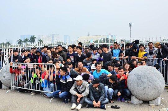 Người hâm mộ phải rất vất vả mới có được tấm vé vào cổ vũ cho đội tuyển Việt Nam