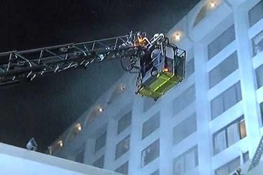 Lực lượng cứu hộ làm việc tại hiện trường. Ảnh: DUNYA NEWS