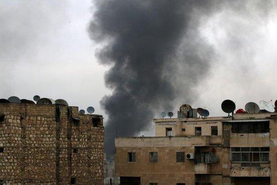 Khối bốc lên từ khu phố phía Đông Aleppo do quân nổi dậy kiểm soát hôm 5-12. Ảnh: REUTERS
