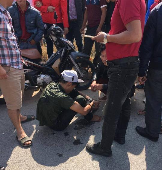 Nam thanh niên trộm điện thoại bị lực lượng chức năng và người dân bắt được - Ảnh: Otofun