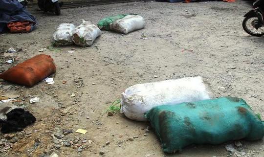 Số bao tải thực phẩm bẩn mà chiếc xe khách đã ném xuống đất