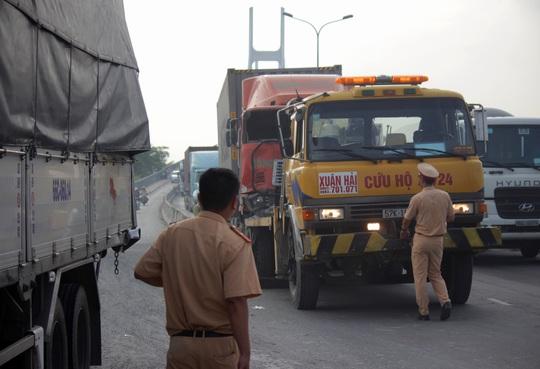 Lực lượng chức giải tỏa hiện trường vụ tai nạn.