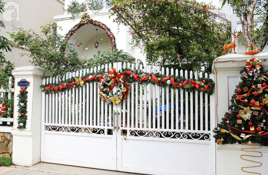 Cổng chính là nơi được trang trí cầu kỳ nhất với cây thông, vòng nguyệt quế, dây ruy băng màu sắc.