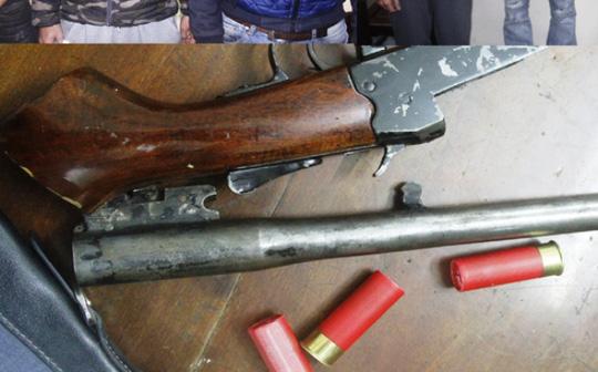 Khẩu súng tự chế và 3 viên đạn chưa sử dụng được công an thu giữ - Ảnh: Công an Thanh Hóa