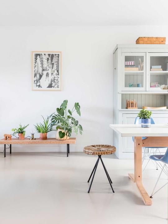 Chiếc ghế với chất liệu dệt và các đồ trang trí có màu đồng có thể tìm thấy ở bất kỳ đâu trong ngôi nhà.