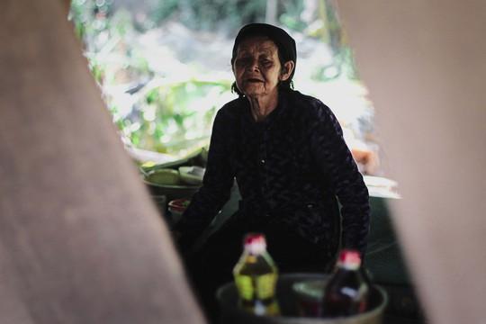 Xót xa cảnh cụ bà 93 tuổi chạy lũ trong đêm
