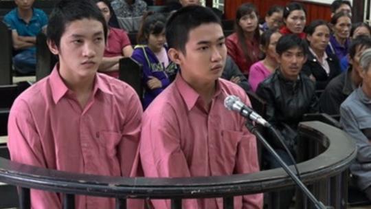 2 bị cáo Sang và Thịnh tại tòa