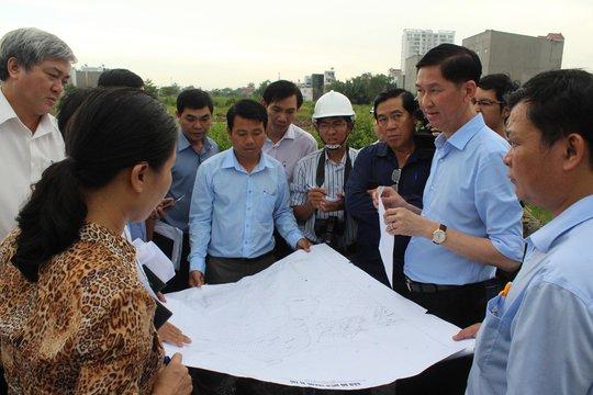 Phó Chủ tịch UBND TP HCM Trần Vĩnh Tuyến (thứ hai từ phải sang) kiểm tra việc lấn chiếm hệ thống thoát nước tại huyện Nhà Bè Ảnh: BẢO NGHI