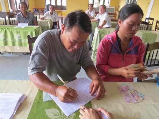 Ngư dân xã Lộc Điền nhận tiền đền bù