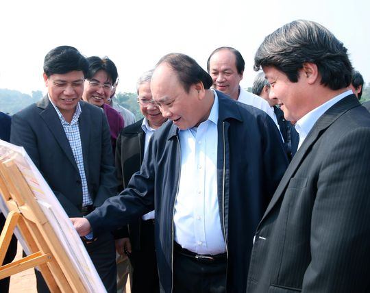 Trong chuyến thăm và làm việc tại tỉnh Phú Thọ, sáng 4-12, Thủ tướng Nguyễn Xuân Phúc thị sát công trường thi công nút giao IC7, đường cao tốc Hà Nội - Lào Cai Ảnh: TTXVN