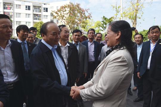 Thủ tướng Nguyễn Xuân Phúc thăm hỏi, tìm hiểu đời sống người dân tại khu đô thị nhà ở xã hội Đặng Xá Ảnh: QUANG HIẾU