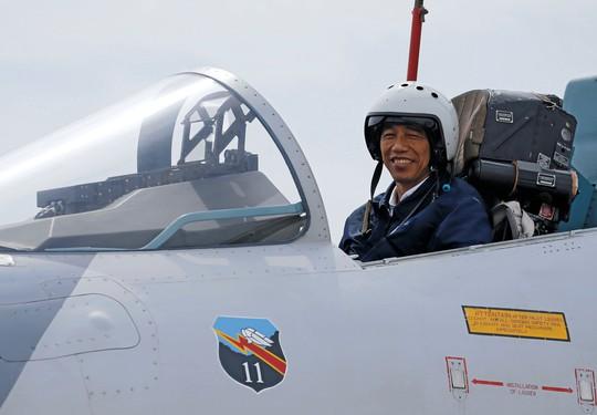 Tổng thống Joko Widodo ngồi trên chiến đấu cơ Sukhoi khi thị sát cuộc tập trận. Ảnh: Reuters