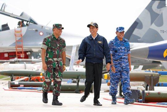 Tổng thống Joko Widodo (giữa) tại cuộc tập trận. Ảnh: Reuters