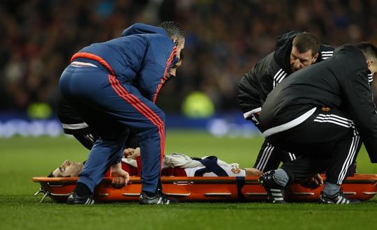 Mkhitaryan dính chấn thương nặng phải rời sân bằng cáng nhưng M.U vẫn giành trọn 3 điểm quý giá trước Tottenham