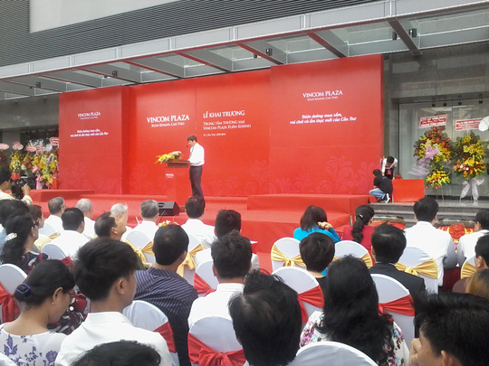 Ông Lê Khắc Hiệp phát biểu khai trương Trung tâm thương mại Vincom Plaza Xuân Khánh. Ảnh: CÔNG TUẤN