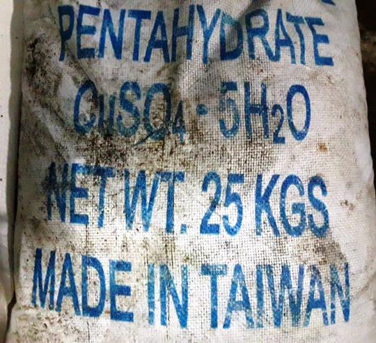 Những bao phân bón hóa học đơn nguồn gốc từ Trung Quốc được cơ sở dùng để pha trộn.