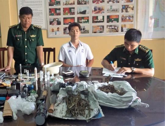 Nguyễn Minh Phúc (ảnh giữa) làm việc với lực lượng chức năng