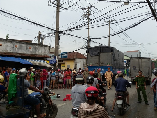 Nhiều người dân hiếu kỳ đến theo dõi vụ tai nạn