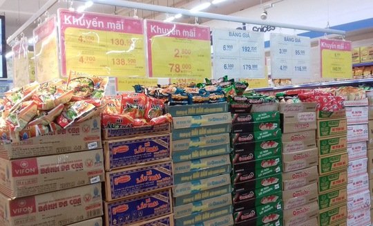 Ngoài việc trích quỹ hỗ trợ 200 triệu đồng, Co.opmart miền Trung còn tăng dự trữ, giảm giá các mặt hàng nhu yếu và phối hợp cứu trợ đồng bào đang gặp khó khăn