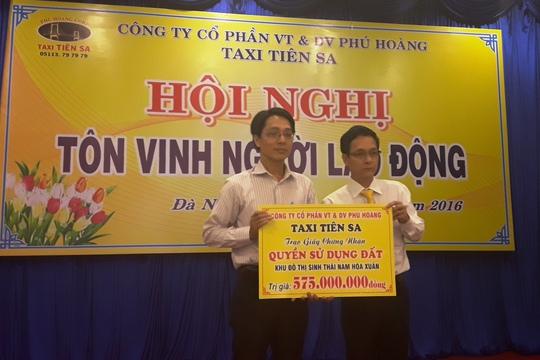 Ông Nguyễn Văn Hiền (phải) trao tặng quyền sử dụng 1 lô đất cho dại diện gai đình anh Lê Thanh Hữu