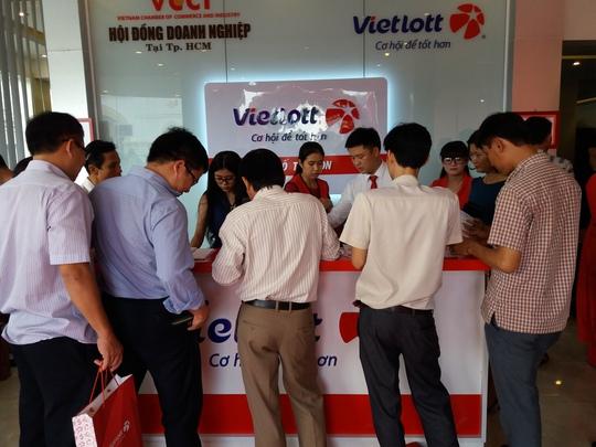 Người dân mua vé tại một quần quầy xổ số điện toán ở Thành phố Đà Nẵng