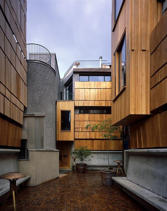 Khu phức hợp Walmer Yard bao gồm 4 ngôi nhà được lồng ghép vào nhau, hoàn toàn bằng phương pháp thủ công