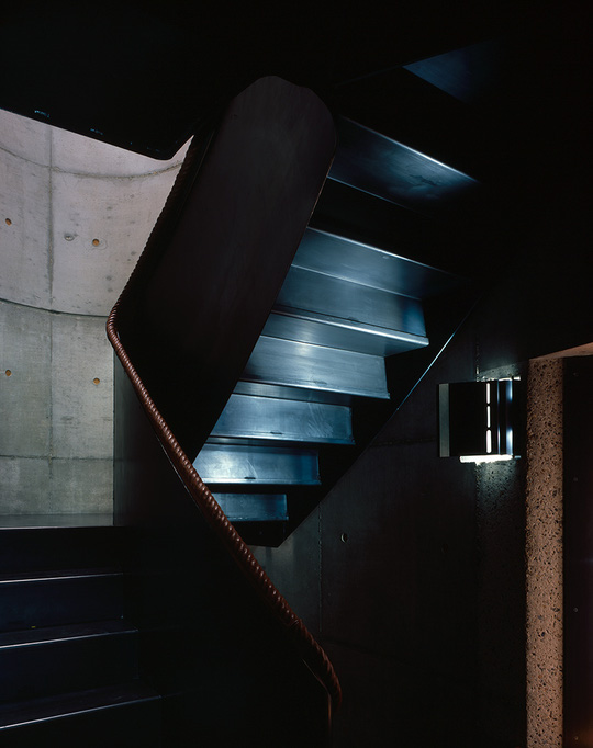 Cầu thang tối màu, phong cách tối giản dẫn lên các tầng