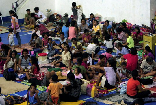 Người dân Philippine tại trung tâm tránh bão. Ảnh: Reuters