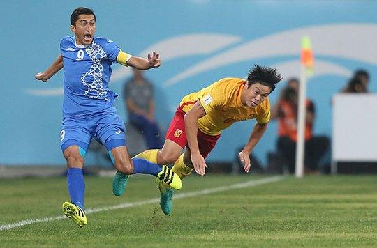Trung Quốc (phải) trong trận đấu Uzbekistan