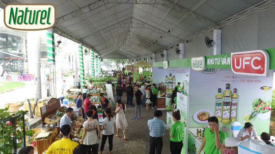 Các gian hàng trưng bày thực phẩm sạch và giàu dinh dưỡng từ các nhãn hàng hữu cơ được khách quan tâm