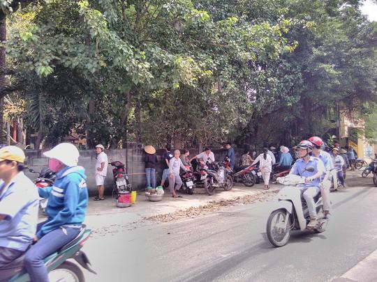 Người dân tụ tập đông đảo bên ngoài chùa Bửu Quang
