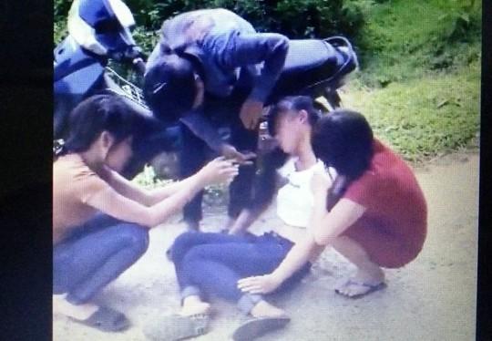 Cú đá trời giáng khiến cô gái bất tỉnh tại chỗ (ảnh cắt từ clip)