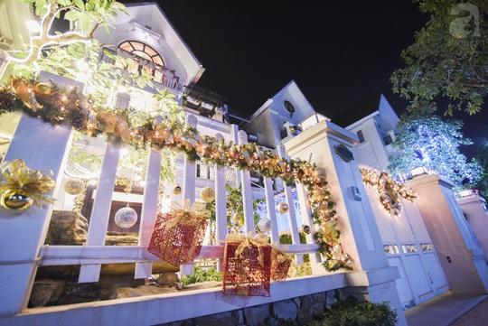 Buổi tối, khi lên đèn, ngôi nhà vô cùng thu hút bởi thứ ánh sáng bạc đẹp mắt.