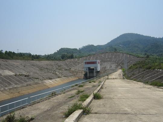 Dọc 2 bên kênh dẫn dòng vào hầm thủy điện A Lưới xuất hiện tình trạng bị tụt mạch nước ngầm.