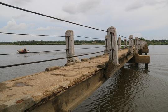 """Chính vì có nhiều cái chết thương tâm nên người dân thường gọi cây cầu này là cầu """"vĩnh biệt"""" hay cầu """"tử thần""""."""