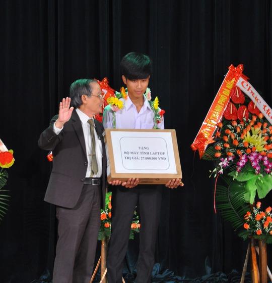 Nhà giáo ưu tú Lê Công Cơ trao học bổng toàn phần cho SV Huỳnh Tấn Dũng