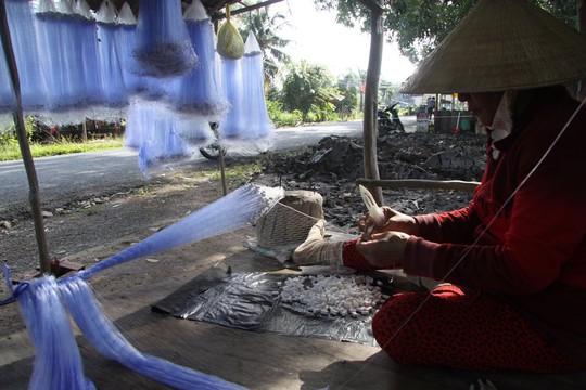 Từ đầu mùa nước, ngư cụ cũng được bày bán ven đường.