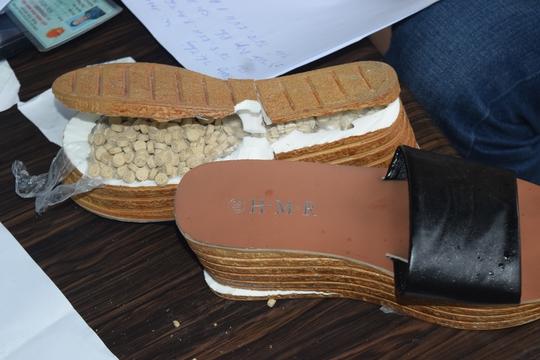 Giày dép được mổ bụng để cất giấu các viên ma túy tổng hợp