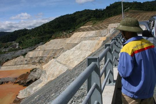 Người dân địa phương tập trung tại đập thủy điện theo dõi sự việc