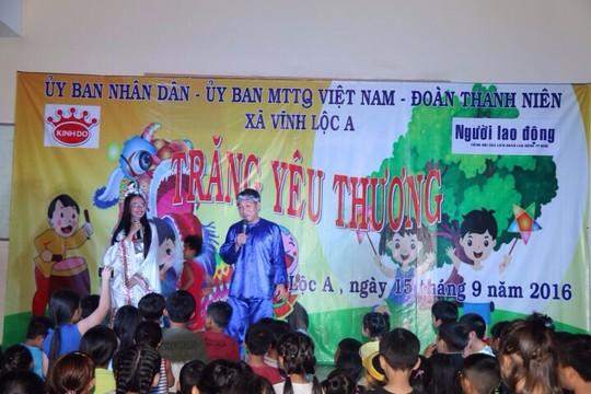 Tối 15-9, Báo Người Lao Động phối hợp cùng Công ty CP Mondelez Kinh Đô Việt Nam và UBND xã Vĩnh Lộc A (huyện Bình Chánh, TP HCM) đã tổ chức tặng quà trung thu cho các em thiếu nhi là con công nhân nghèo, trẻ em ở các lớp học tình thương, trường khuyết tật trên địa bàn xã Vĩnh Lộc A.
